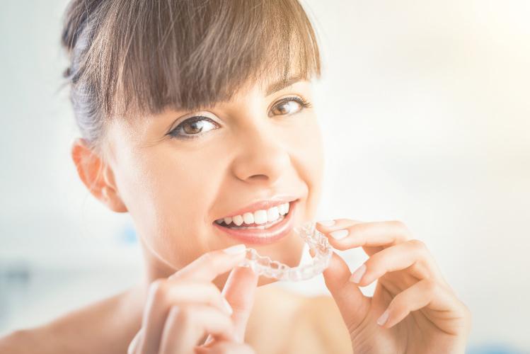 Hai iniziato il trattamento dell'apparecchio invisibile e vuoi dei consigli su come pulirlo al meglio? Leggi l'articolo per scoprire le giuste manovre!